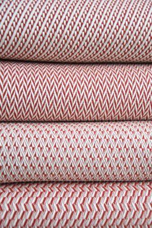 plaid rouge en coton et laine recyclée.